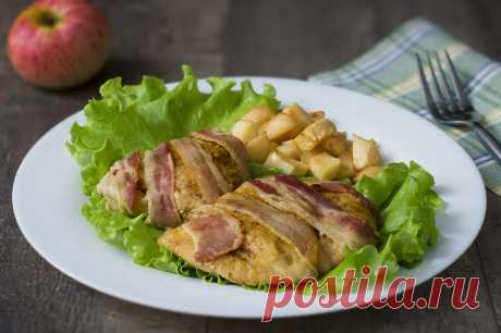 Куриное филе в беконе с яблоками - рецепт в духовке с фото | ne-dieta Предлагаю вам рецепт приготовления оригинального блюда из куриного мяса. В этом рецепте куриное филе запекается в ломтике пикантного бекона под кисло-сладким соусом с кусочками яблок.