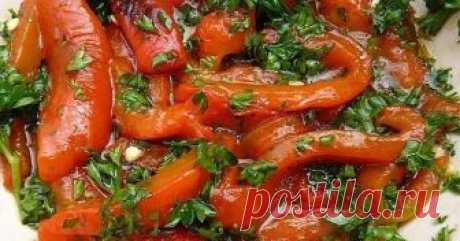 Paprika with garlic for the winter\u000a\u000aTo make paprika with garlic for the winter, it is required to you:\u000a\u000apaprika – 3 kg\u000agarlic – 3 heads\u000afennel fresh – 1 bunch\u000afor marinade:\u000asunflower oil – 250 ml\u000avinegar – 500 ml\u000asugar – 1 St.\u000asalt – 3 tablespoons.\u000a\u000aHow to make paprika with garlic for the winter:\u000a\u000a1. It is good to wash up paprika under flowing water, to dry, clear of fruit stems and seeds, to cut strips or large pieces. In order that zag...