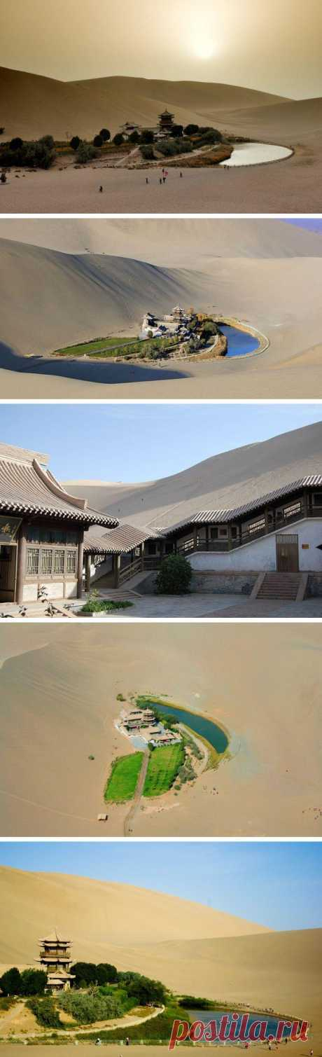 Необычный оазис в пустыне. В китайской части пустыни Гоби находится необычное озеро и древний буддистский храм. С каждым годом площадь оазиса уменьшается, усыхает и само озеро. Удивительное место! Занесено в список Всемирного наследия ЮНЕСКО.