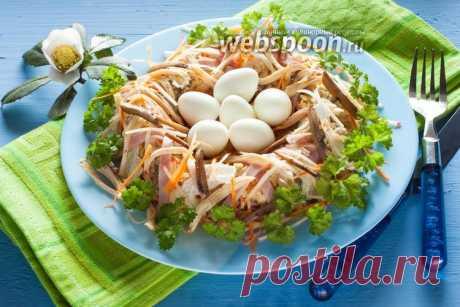 Салат «Ласточкино гнездо»  Салатик «Ласточкино гнездо»  «Травка зеленеет, солнышко блестит! Ласточка с весною в сени к нам летит!» Салат «Ласточкино гнездо» — это не столько устойчивая рецептура, сколько вид оформления салата. Ключевые его ингредиенты в большинстве случаев: пекинская капуста, морковка, яблоко и куриное мясо, обязательным элементом декора являются перепелиные яйца. Мне показался интересным также вариант с грибами и ветчиной, но возможно использование и карт...