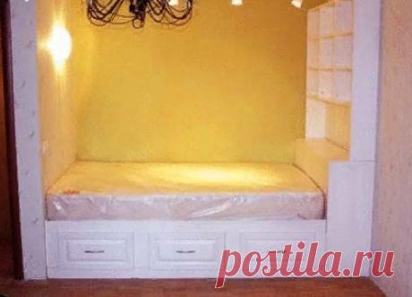 Как сделать кровать — подиум своими руками  Кроватью – подиумом называют конструкцию, состоящую из подиума (большого плоского короба) и спального места. Бывает две разновидности кровати – подиума: когда спальное место устраивают над подиумом или спальное место – выкатное, в собранном виде спрятанное в подиуме. Второй вариант чаще применим в гостиных, квартирах – студиях с весьма ограниченной площадью, или детских, нуждающихся в больших свободных пространствах в дневное вре...
