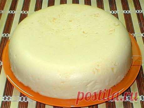 Сулугуни домашнего приготовления. Самый вкусный сыр, теперь готовлю его сама  Ингредиенты:  - 1 л. молока - 200 мл. сметаны  - 3 яйца  - 1 ст. л. соли  Приготовление:  Молоко закипятить и добавить соль.  Сметану смешать с яйцами.  Выливаем сметанную смесь в молоко и аккуратно не спеша перемешиваем.  Кипятим в течение 3-4 минут.  Выливаем на сито и ставим гнет.  Приятного аппетита!