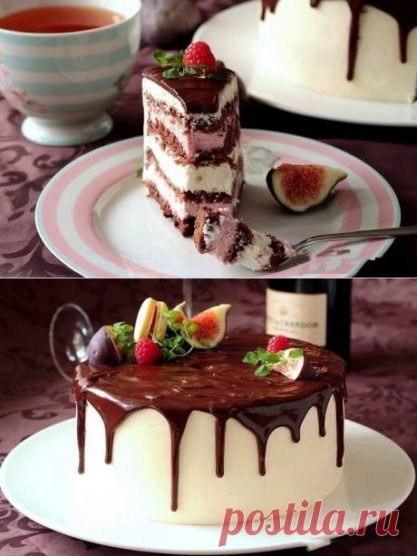 Шоколадный торт с малиновым и лимонным кремом.