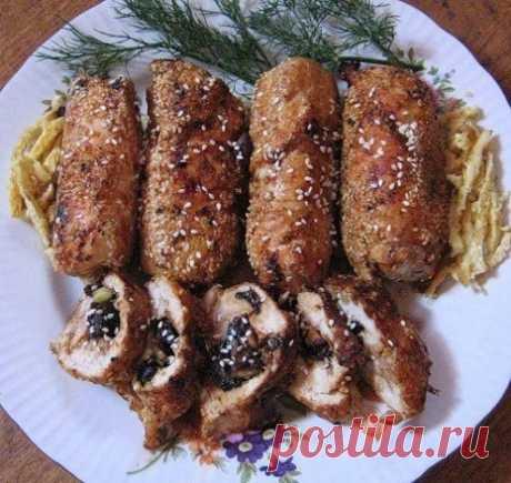 El panecillo del filete de gallina con las ciruelas pasas en el horno