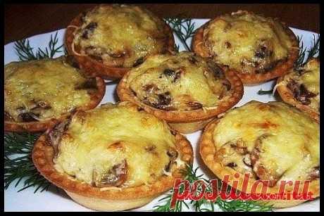Жюльен в тарталетках - еще одна шикарная закуска на праздничный стол Ингредиенты: -Грудка куриная (вареная) — 400 г -Шампиньоны (свежие) — 400 г -Лук репчатый — 2 шт. -Сыр (сливочный, не очень твердый) — 300 г -Сливки (20%) — 500 мл -Мука пшеничная — 2 ст. л. Приготовление: 1. Грибы, лук, грудку мелко нарезать - и обжарить до выпаривания лишней жидкости. 2. Добавить сливки и медленно вводить муку - чтобы загустело. 3. Разложить по тарталеткам. 4. Посыпать сверху тертым сыр...