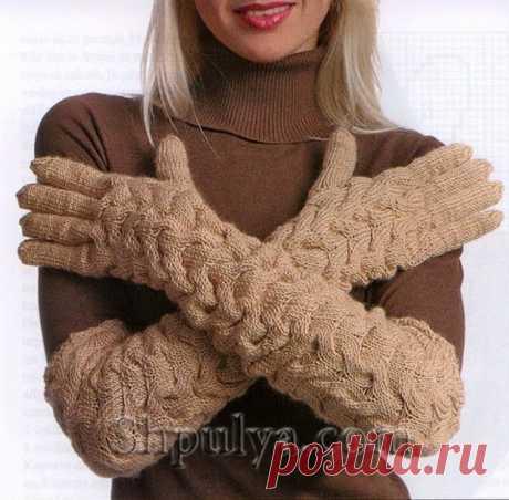 Длинные перчатки с узором из кос, вязаные спицами