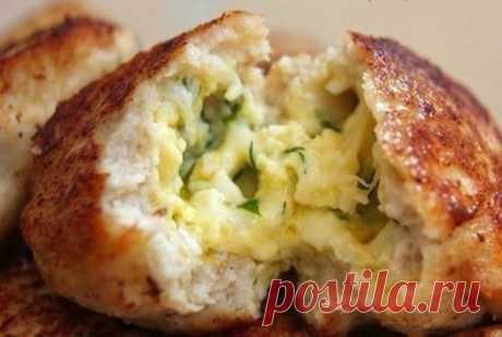 Сочные нежные котлеты с очень вкусной начинкой    Вкуснятина невероятная!          Ингредиенты: Для фарша:— 500 куриного фарша— 1 луковица— 1-2 зубчика чеснока— хлеб (по вкусу)— 1 яйцо— соль,перец Для начинки:— 100 — 150 г сыра натереть на мелкой …