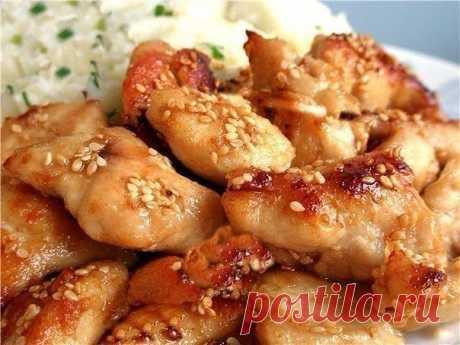Куриные грудки по-восточному.  Ингредиенты:  Курица (грудки) — 500 г Соевый соус (солёный) — 4 ст. л. Мёд — 2–3 ст. л. Масло растительное (совсем чуть-чуть) Чеснок — 3–4 зубчика Перец черный молотый Карри Имбирь молотый  Приготовление:  1. Куриные грудки тщательно промойте, нарежьте порционными кусочками. 2. Посолите их, приправьте черным молотый перцем, имбирем и карри. 3. Чеснок выдавите с помощью чесночницы, добавьте к грудкам. 4. Тщательно перемешайте грудки со всеми п...