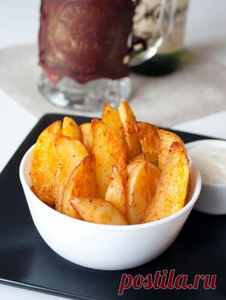 Острые картофельные дольки к пиву готовятся очень просто – рецепт не подразумевает предварительного отваривания картофеля. Количество острого перца вы можете регулировать на свой вкус, в зависимости от вашей любви/нелюбви к нему. Подавать такие дольки лучше всего с макательным соусом – например, с огуречно-йогуртовым дипом или соусом тартар.