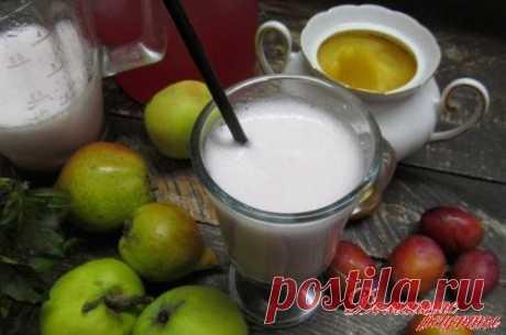 Фруктовый напиток со льдом. Для приготовления этого напитка понадобится сварить концентрированный компот из фруктов и ягод на ваш выбор. И заморозьте заранее лед кубиком. Благодаря льду напиток получается с нежнейший, пенистый, ну очень вкусный. Советую приготовить.