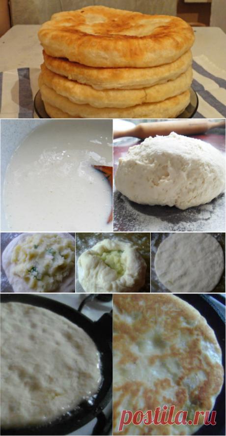 Лепешки на кефире (с картошкой)  =  Кефир     500 мл   Сода     1 ч. л.   Яйцо     1 шт.   Подсолнечное масло     5 ст. л.   Пшеничная мука     500–600 г   Сливочное масло     50 г   Соль     по вкусу   Укроп     по вкусу   Картофель     0,5 кг