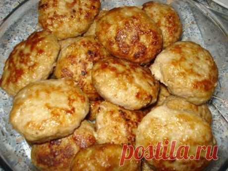 Как готовятся оригинальные горчичные котлетки  Берем: 1 кг свино-говяжьего фарша, 3 средних картофелины, 3 луковицы, 1 небольшую булочку (можно черствую), 1 яйцо, полстакана молока, 1 ст. ложку горчицы, соль и перец по вкусу. Булочку залить молок…