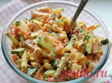 """Цей салат """"переплюнув"""" шубу та олів'є. Просто смачний салат. Цей простий салат з курки, корейської моркви та огірків, доповнений кукурудзою, сподобається всім любителям незвичайних продуктових сполучень. В даному блюді прекрасно сусідять солодкий і пряний смаки, а балансу частування надають свіжі овочі і куряча грудка, яку заздалегідь потрібно запекти і охолодити."""