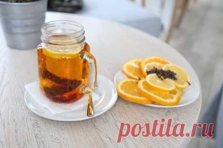 """Чай с лимоном: 10 фактов, чтобы начать пить   Журнал """"JK"""" Джей Кей Лимонный чай легко приготовить в домашних условиях. В зависимости от ваших предпочтений, вы можете приготовить чай с лимоном только из"""