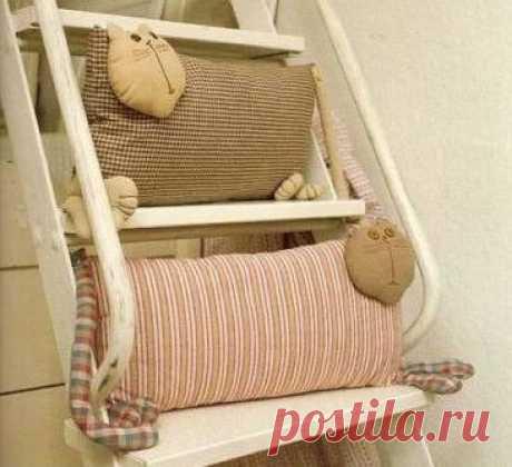 Коты - подушки игрушки своими руками / Декоративные подушки своими руками, фото. Коврики и одеяла. Шитье и вязание крючком и на спицах / КлуКлу. Рукоделие - бисероплетение, квиллинг, вышивка крестом, вязание