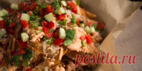Закуска «начос» из лаваша Тонкий лаваш не сильно отличается от традиционных мексиканских лепёшек и может стать основой для вкуснейшей закуски.