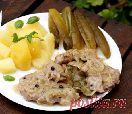 Отбивные из свинины в соусе.  Отличный рецепт вкуснейших свиных отбивных, тушеных с репчатым луком. К таким отбивным на гарнир отлично подойдет вареный картофель.