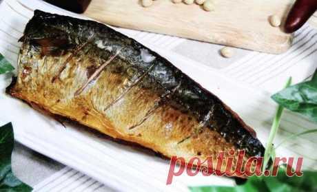 Скумбрія за 3 хвилини. Смачна золота рибка без коптильні і хімії! Цей рецепт мамі розповіла продавщиця риби на ринку. Він настільки елементарний, що я здивувалася такому відмінного результату! Скумбрія, або як прийнято називати на Заході, макрель - риба не тільки смачна, але й корисна. Є, щоправда, один нюанс - запах навіть у найсвіжішої скумбрії досить специфічни