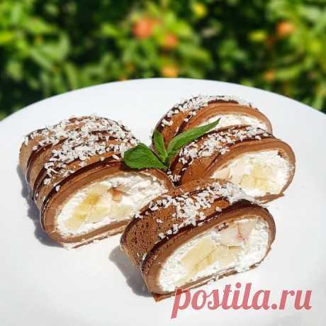 Шоколадный рулет из блинчиков с творожно-фруктовой начинкой