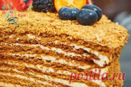 """Торт """"Медовик"""" за 15 минут Простой рецепт торта """"Медовик"""". Торт получается с ярким медовым вкусом, но в отличие от классического не требует раскатки коржей. """"Ленивый"""" медовик готовится быстро, просто, получается мягким и пропитанным. Тесто замешивается буквально 5 минут, печется тоже очень быстро. Обязательно попробуйте приготовить! Продукты Для теста: Яйца - 2 шт. Сахар - 3 ст. л. Мёд (жидкий) - 3 ст. л. Сода пищевая - 1 дес. ложка Мука - 1,5-2 стакана Для крема: Сметана жирностью 24% - 60"""