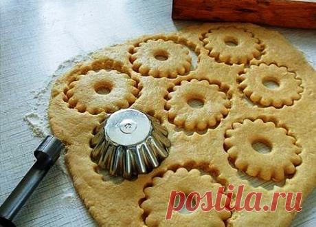 Быстрое песочное тесто для пирогов Ингредиенты: 150 г муки щепотка соли