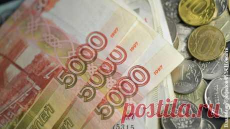 Рубль научился справляться с мировыми кризисами Новый мировой кризис не вызвал паники на российском валютном рынке и не оправдал прогнозы аналитиков, предсказывавших падение российской валюты до 100 рублей за доллар. Рубль показал себя довольно стабильным на фоне как коронавируса, так и вызванного пандемией снижения цен на нефть. Уже наметились первые ростки укрепления валюты. Но экономисты опасаются, что летом рубль ждет еще одно испытание.
