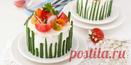 Хотите всех удивить на 8 Марта? Сделайте эти закусочные торты Полная версия статьи. Они будут в центре внимания. Печёночные, блинные, хлебные и вафельные коржи, прослойки из крабовых палочек, грибов, консервов, красной рыбы, сыра и курицы и украшения из овощей, зелени и яиц. Эти блюда выглядят аппетитно и по-настоящему празднично, а готовятся довольно просто. Так что смело экспериментируйте и угощайте близких. Полная версия статьи.