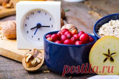Поздний ужин: 15 продуктов, которые полезно есть на ночь   Многие популярные диеты запрещают прием пищи после 6 часов вечера. Ничего полезного в этом нет. Если вы ложитесь спать в 10 вечера, а поужинали в пять — вы просто не уснете. Далее собьется режим, дефицит сна отразится на самочувствии, а организм со стресса начнет активнее запасаться жирами. Да уж, хороша диета, ничего не скажешь…  Показать полностью…