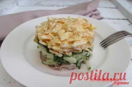 """Салат """"Идиллия"""" из отварного мяса свинины со свежим огурцом и яблоком. Из яиц готовятся два блинчика. Салат очень нежный, сочный и отлично в нем сочетаются все ингредиенты."""