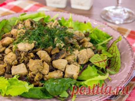 Куриное филе, жаренное с грибами 500 г куриного филе (или филе индейки) 300 г грибов 200 г лука соль перец растительное масло зелень по вкусу