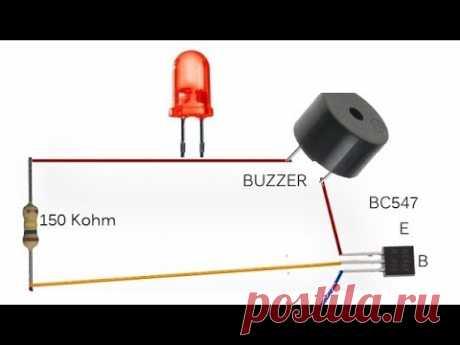 El SISTEMA de alarma simple DE GUARDIA sobre un transistor por las manos