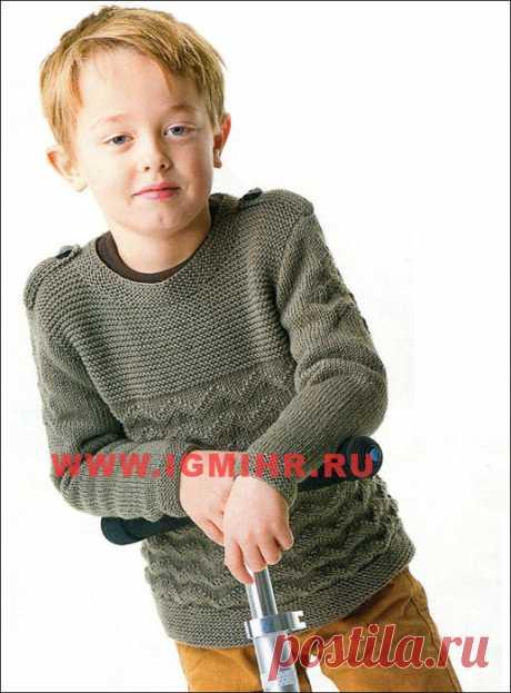 """Пуловер цвета хаки с """"погонами"""" и рельефным узором от финских дизайнеров для мальчика 2-12 лет. Спицы"""