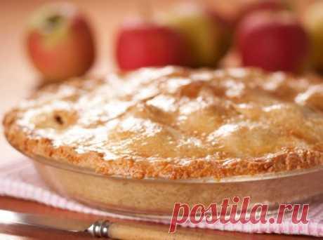 Классическая яблочная шарлотка - Портал «Домашний» 3 яйца 1 стакан муки 1 стакан сахара 1 кг яблок 1/2 ч. л. корицы 2 ст. л. коньяка или бренди