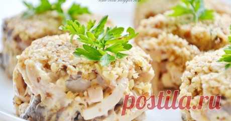 Ореховый салат с кальмарами   Очень мне нравится сочетание шампиньонов и кальмаров. Его замечательно можно использовать в порционном салатике на какой-нибудь праздник. ...
