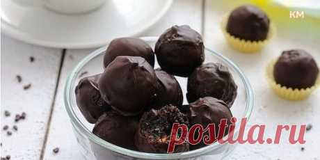 Чернослив в шоколаде с орехами. Ингредиенты: чернослив; шоколад; грецкие орехи. Рецепт приготовления: Чернослив хорошенько промойте, ошпарьте кипятком, вытащите косточки, затем во внутрь положите по кусочку грецкого ореха. Шоколад покрошите, затем растопите в кастрюльке, добавив в нее немного воды. Теперь берете чернослив и окунаете его в растопленный горячий шоколад, а потом выкладываете на плоское блюдо, которое должно быть предварительно покрыто фольгой. Теперь остудите десерт и можно подав