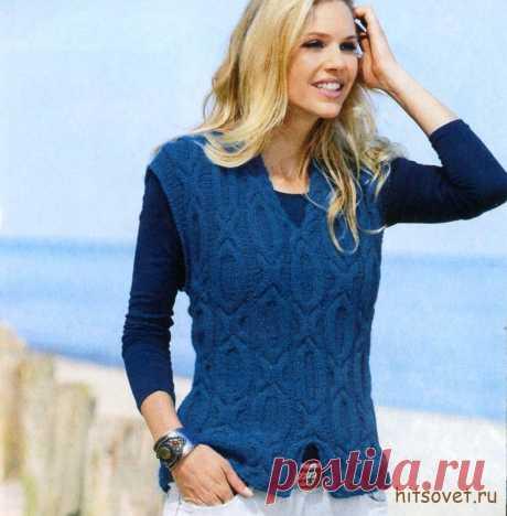 Синий женский жилет с узорами связан спицами