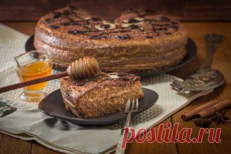 Шоколадный медовик со сметанным кремом — Sloosh – кулинарные рецепты