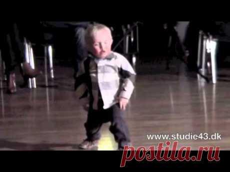 Малыш слышит на вечеринке свою любимую песню Элвиса Пресли, танцует и сводит зрителей с ума