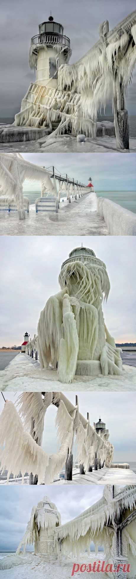 Потрясающие фотографии... Замёрзший маяк на озере Мичиган. 6 января 2014 года