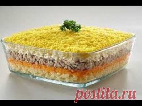 """La ensalada \""""la Mimosa\"""" con la sardina en el aceite\/ensalada para Nuevo Año"""