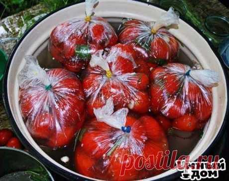 Помидоры в пакетах. Помидоры в пакетах — это один из самых простых и быстрых способов соления помидор в домашних условиях. Вкусная, остренькая закуска к вашему столу без лишних заморочек! Вам потребуется: 1 кг. помидор 1 ст. л. соли 1 ч. л. сахара Укроп, 1-2 головки чеснока. Как готовить: 1. Необходимо выбрать томаты примерно одно размера, чтобы помидорчики просолились одновременно. Помидоры помыть, срезать у низ носики, сложить в пакет. 2. Чеснок очистить, измельчить и добавить в…