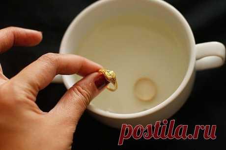 ДЛЯ ТОГО, ЧТОБЫ ЮВЕЛИРНЫЕ ИЗДЕЛИЯ СВЕРКАЛИ  Вам понадобятся: - 1 столовая ложка соли - 1 столовая ложка соды - 1 столовая ложку средства для мытья посуды - 1 стакан воды - 1 кусок алюминиевой фольги  Этапы очистки: 1. Подогрейте воду в микроволновой печи в течение 1 или 2 минут. 2. Отрежьте кусок алюминиевой фольги и положите на дно небольшой миски или стакана. 3. Налейте горячую воду в миску. Добавьте соль, соду, и жидкость для мытья посуды. Положите ювелирные изделия на ...