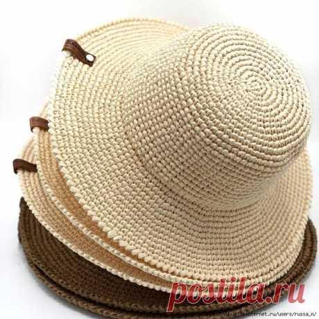 Шляпа с полями из рафии.