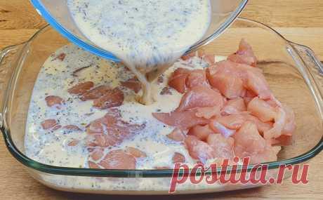 Макароны и курица стали запеканкой. Заливаем сметаной, а через 30 минут зовем всех к столу