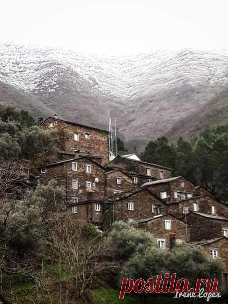 Aldeia de Xisto de Portugal, a aldeia do Piodão na Serra do Açor em Arganil, Coimbra, o ano começou com a beleza da neve.