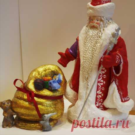 Русский Дед Мороз изображается как старик в цветной — голубой, синей, красной или белой шубе, с длинной белой бородой и посохом в руке, в валенках. Ездит на тройке лошадей. Часто приходит в сопровождении внучки Снегурочки.