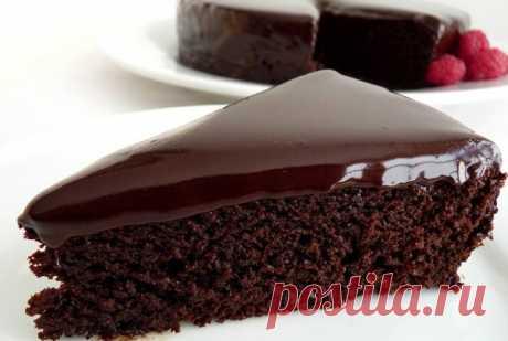Влажный шоколадный торт-пирожное   Ингредиенты  -Мука — 1,5 стакана  -Какао — 3 ст. л.  -Сливочное масло — 100 г  -Сахар — 0,5 стакана  -Вода — 1 стакан  -Лимонный сок — 1 ст. л.  -Растворимое кофе — 0,5 ч. л.  -Сода — 1 ч. л.  -Соль  -Ваниль  Для крема-глазури:  -Молоко — 2 ст. л.  -Какао — 1 ст. л.  -Сахар — 2 ст. л.  -Сливочное масло — 20 г  -Вода — 2 ст. л.  -Крахмал — на кончике ножа   Приготовление Шаг 1 Смешиваем муку, какао, соду и соль. Влажный шоколадный торт-пир...