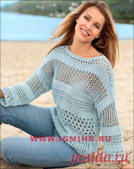 Нежный пуловер голубого цвета с ажурными полосами. Спицы