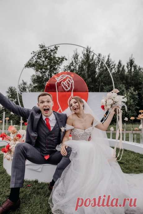 «Идеей свадьбы стала сила притяжения: два разных человека притягиваются словно магнитом друг к другу, создавая единую форму — круг.»