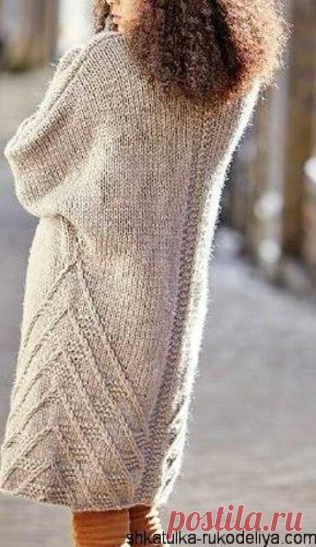 El abrigo por los rayos del hilado gordo. El abrigo en el estilo oversize por los rayos con la descripción | el Estuche de la costura